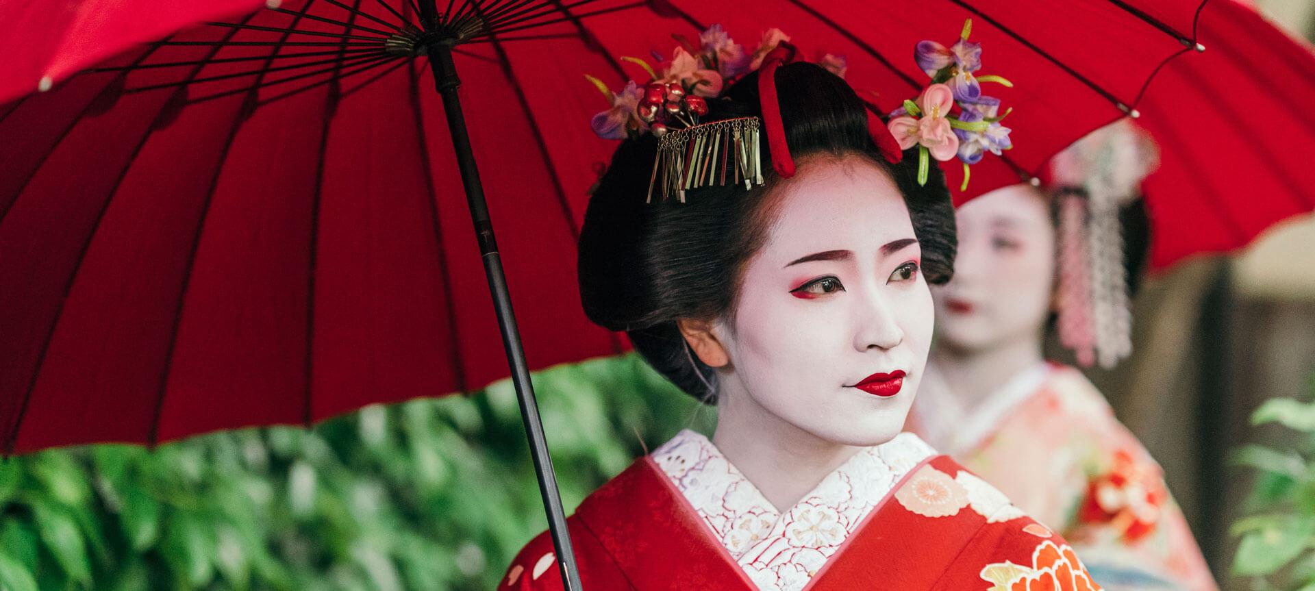 Японская гейша с красным зонтом